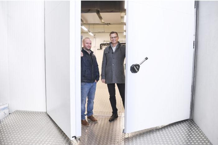 Simo Juvonen (oik.) ja Kari Reunanen avaavat ovia uudelle ympäristö- ystävälliselle hiilidioksidijäähdytykselle.
