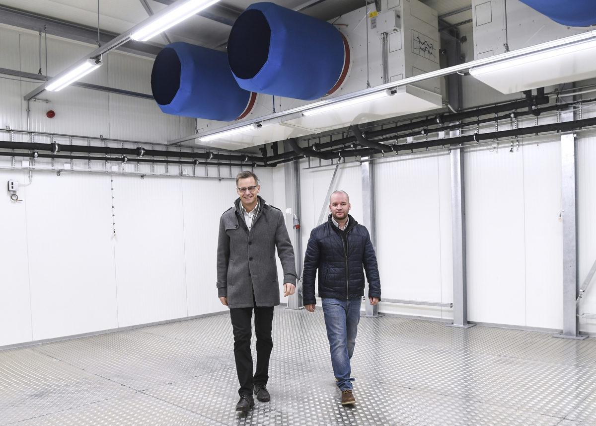 Kari Reunanen (vas.) ja Simo Juvonen kertovat, että olosuhdelaboratoriossa voidaan siirtyä hetkessä paukkupakkasista paahtavaan helteeseen.
