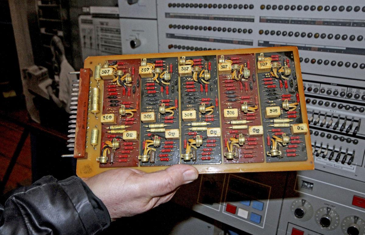 MIR 2 -tietojärjestelmän komponentit olivat neuvostotyyliin raskastekoisia.