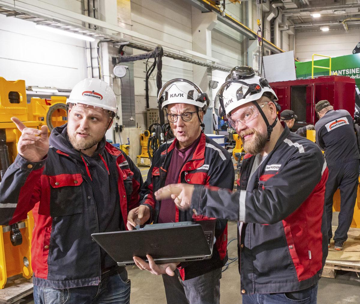 Henri Karvinen (vas.),  Pentti Laakkonen ja Simo Huovinen korostavat yhteistyön merkitystä tuotekehityksen, myynnin ja tuotannon välillä.