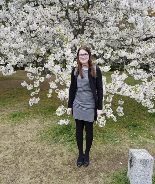 Tiia Terävä nauttii kirsikkapuun kukinnasta.