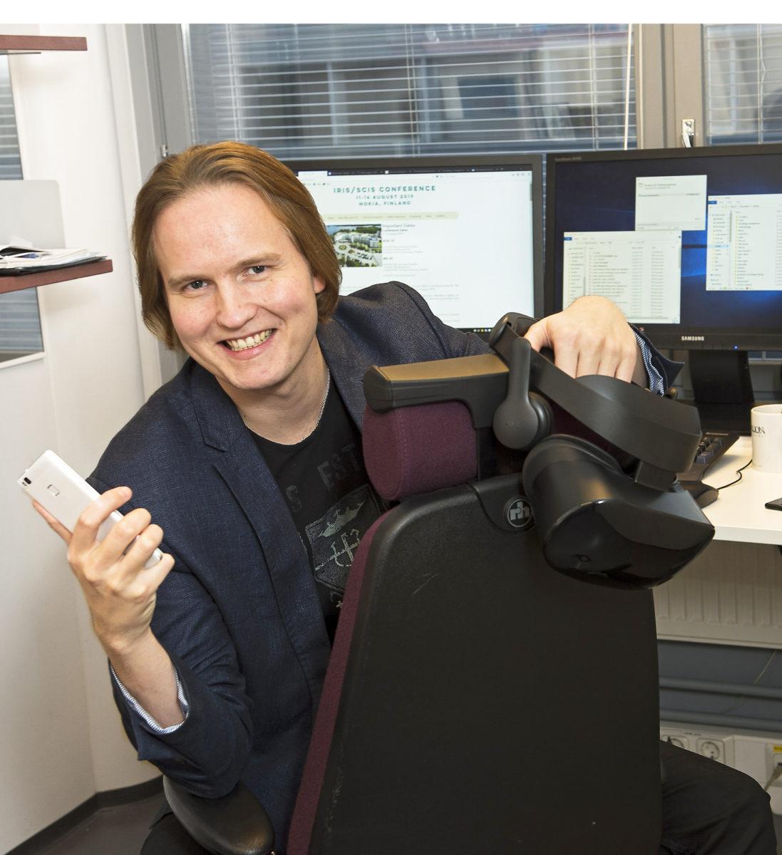 Henri Pirkkalainen rakastaa teknologiaa, vaikka tutkii sen epätoivottuja vaikutuksia.