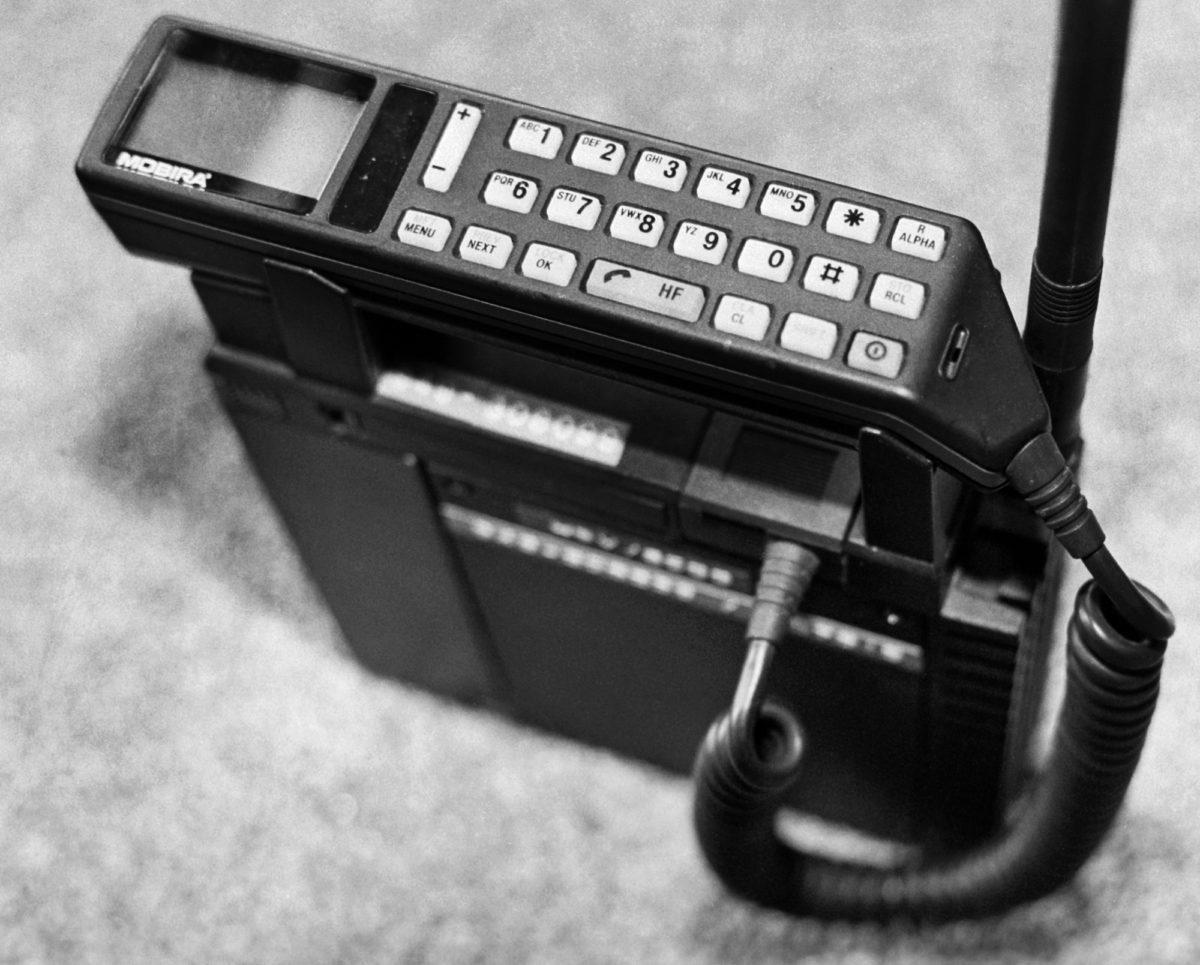 Nokian kannettava puhelin  Mobira Talkman vuodelta 1990.