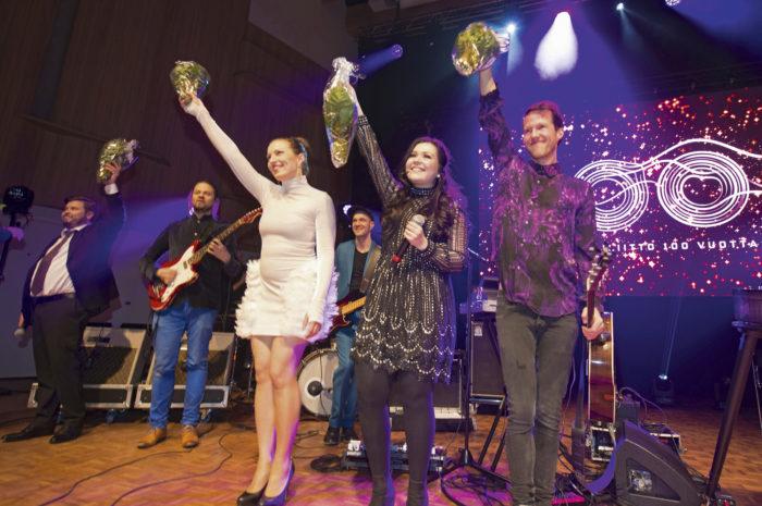 Juhlakonsertin tähtiartistit saivat lämpimän vastaanoton.  Oikealta Olavi Uusivirta, Diandra ja Ida Elina.