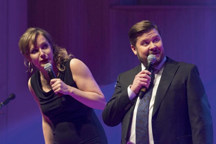 Konsertin juonsivat Nina Lahtinen ja Janne Kataja Oulun Musiikkikeskuksessa. Koomikot hauskuuttivat yleisöä musiikin lomassa.