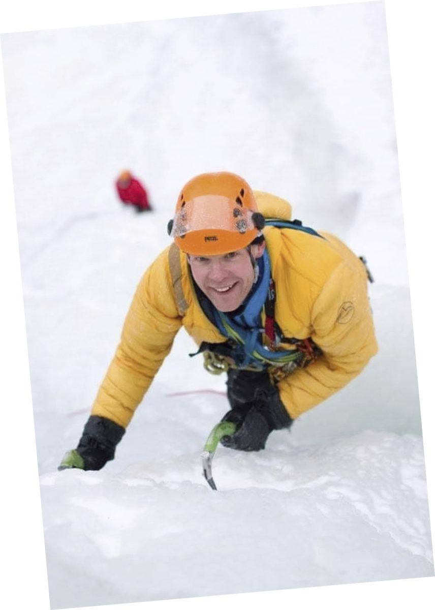 Henri Länsipuro kiipeää lumista seinämää.