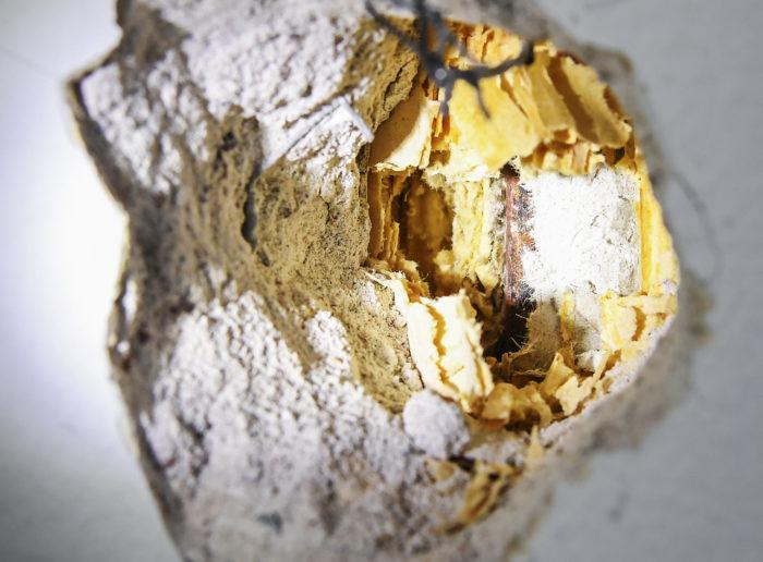 Seinän sisällä kulkevan putken pinnassa näkyy kuitupitoista eristettä.