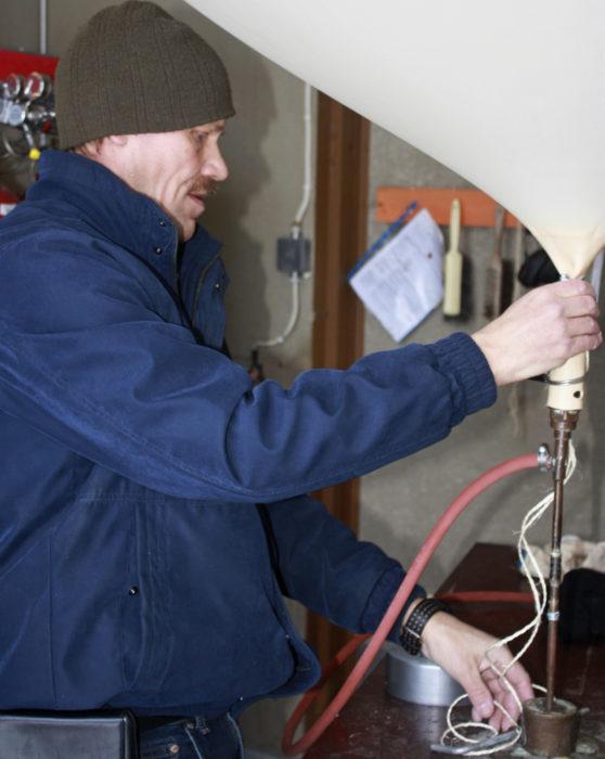 Juha M. Karhu valmistautuu lähettämään otsonimittauslaitteen neljänkymmenen kilometrin korkeuteen.