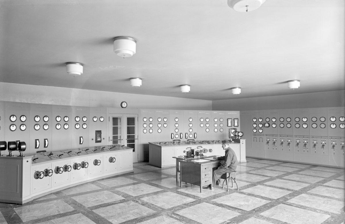 Insinööri valvoi Tampereen sähkölaitoksella toukokuussa 1933.