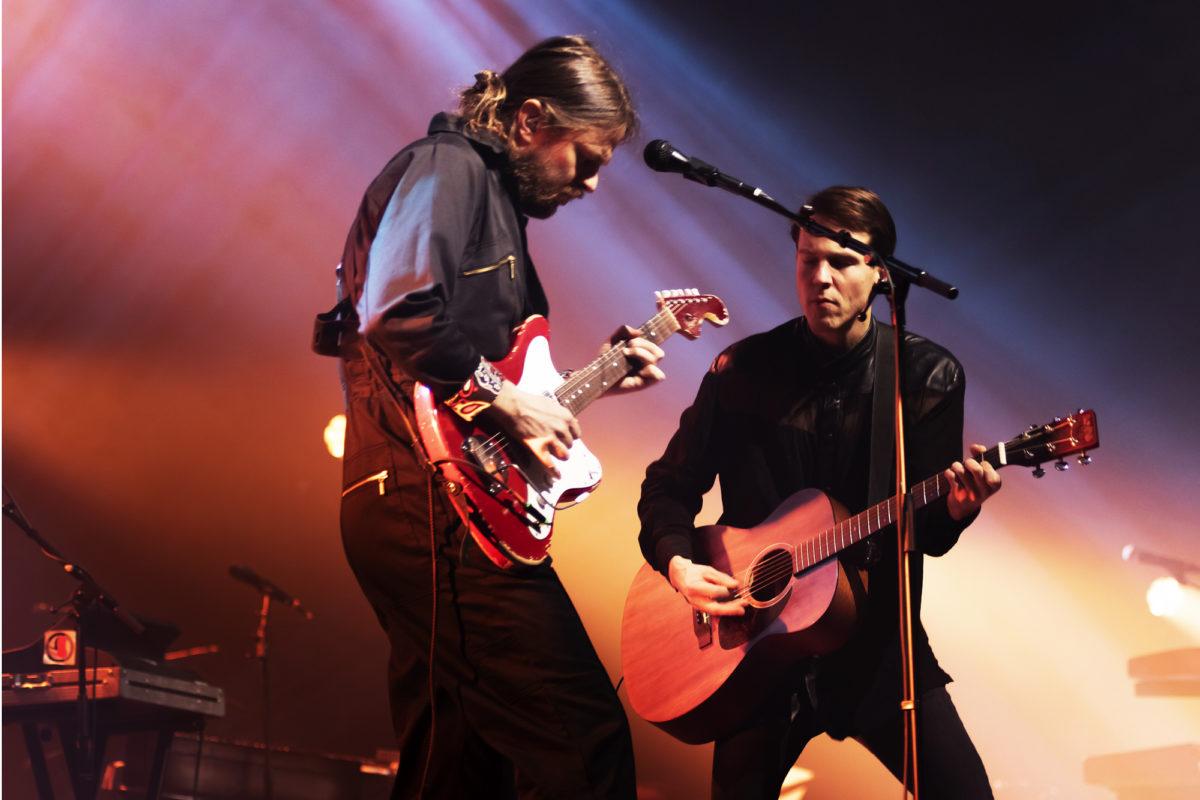 Insinööriliitto on rock:  Olavi Uusivirta ja kitaristi Timo Kämäräinen lavalla.