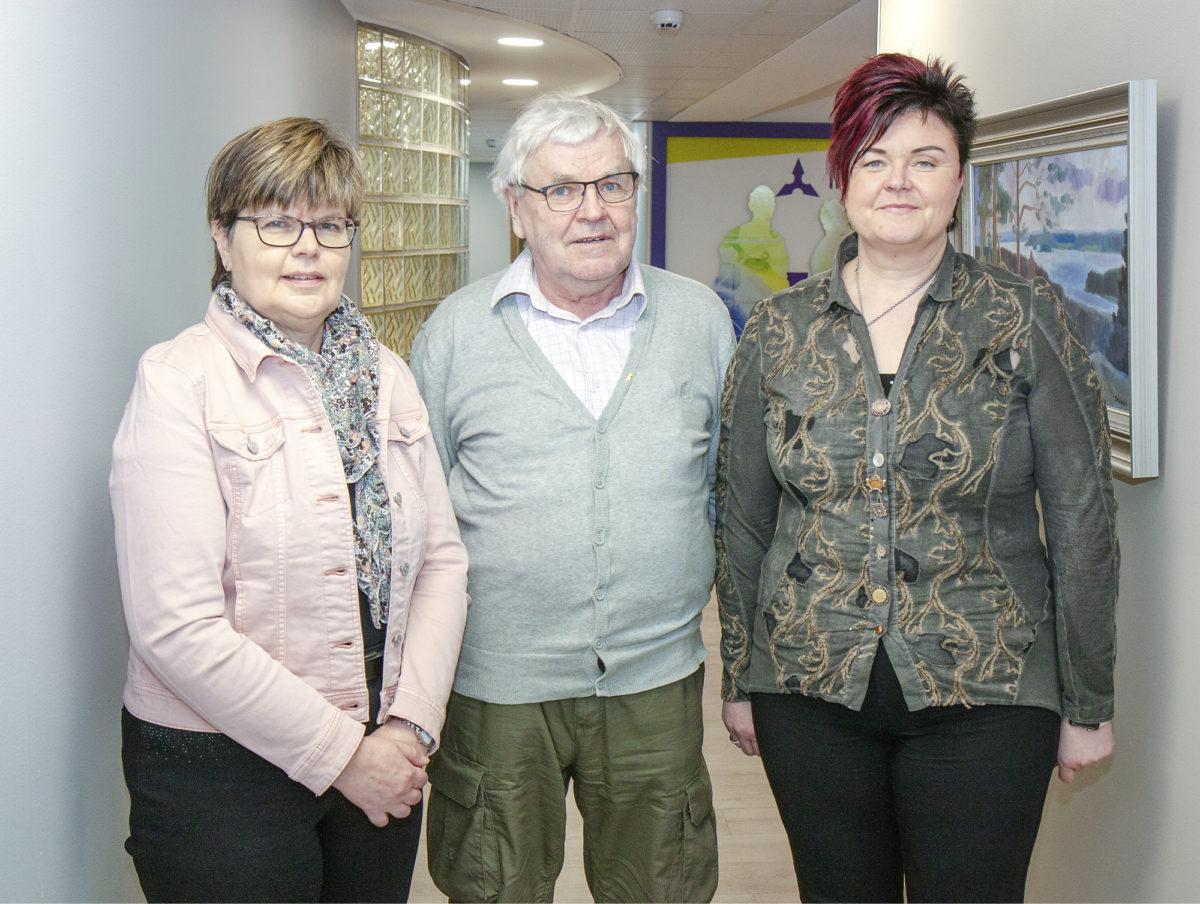 Marjo Sorjonen (vas.),  Juhani Tikkanen ja Johanna Wäre  tutustuivat Insinööriliittoon.