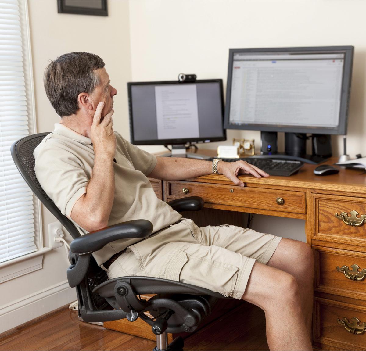 Vaikka etätöitä on tehty jo pitkään, ensi vuonna myös laki tunnistaa esimerkiksi kotona tehtävän työn samanveroiseksi kuin työpaikalla tehdyn.