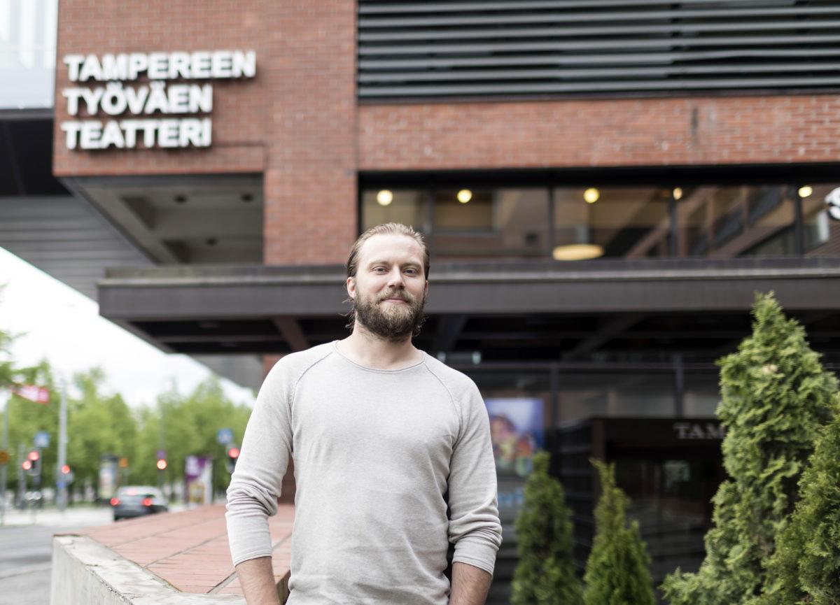 Heikki Karjalaisen Pricedrop-yrityksen konttori on perinteisessä paikassa, Tampereen työväentalolla.