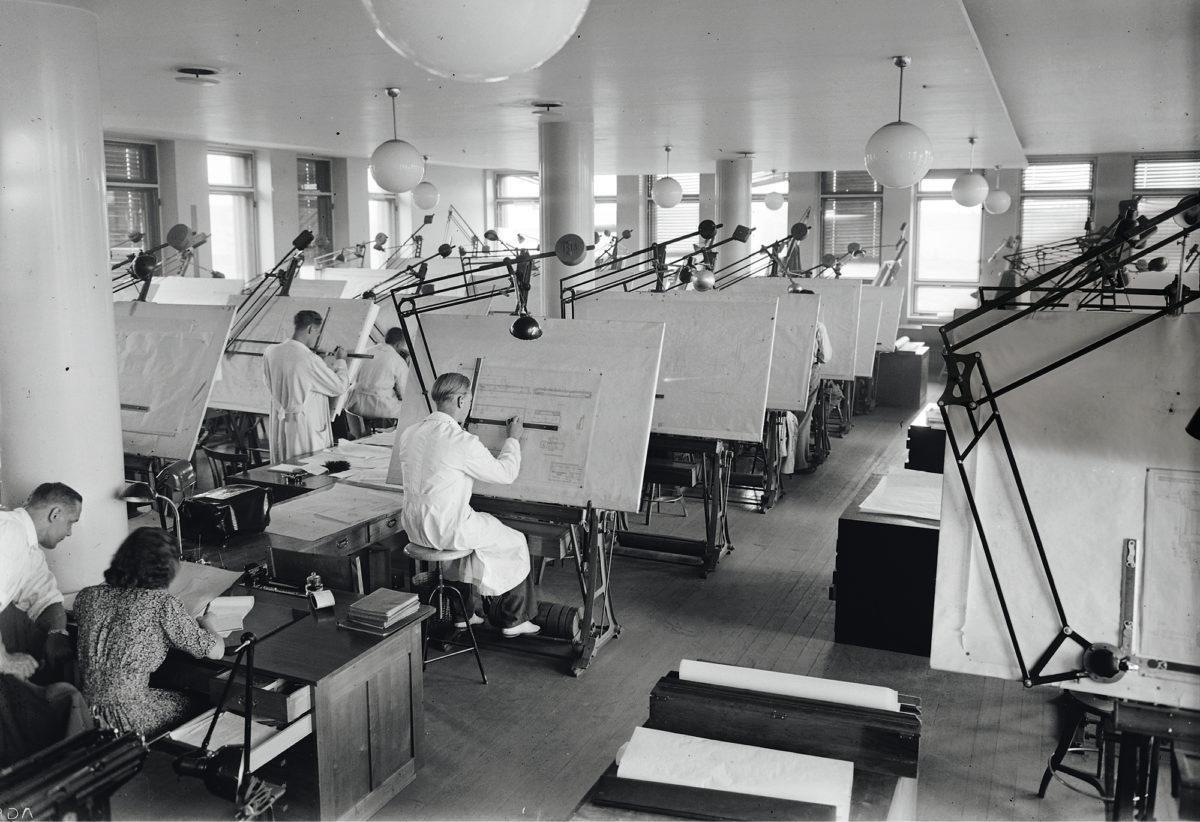 Suunnittelijat työssään Valtion metallitehtaiden piirustussalissa Tampereella kesällä 1946. Kuva: Veikko Kanninen /lähde: Vapriikin kuva-arkisto.