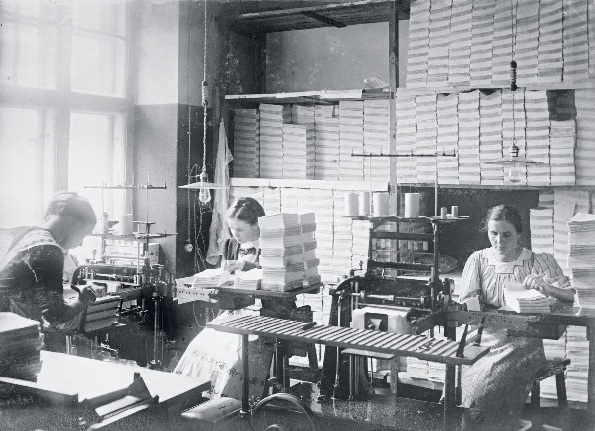 Kirjansitojat siirtyivät omasta liitosta Kirjatyöntekijäin Liittoon vuonna 1914.  Työväen Sanomalehti Oy:n sitomon  työntekijöitä 1910-luvulla.
