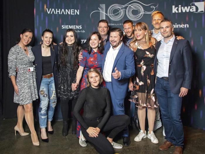 Tampereen hyväntekeväisyyskonsertissa puheenjohtaja Samu Salo, varapuheenjohtaja Timo Härmälä ja projektipäällikkö Grete Ahtola yhdessä esiintyvien artistien kanssa.