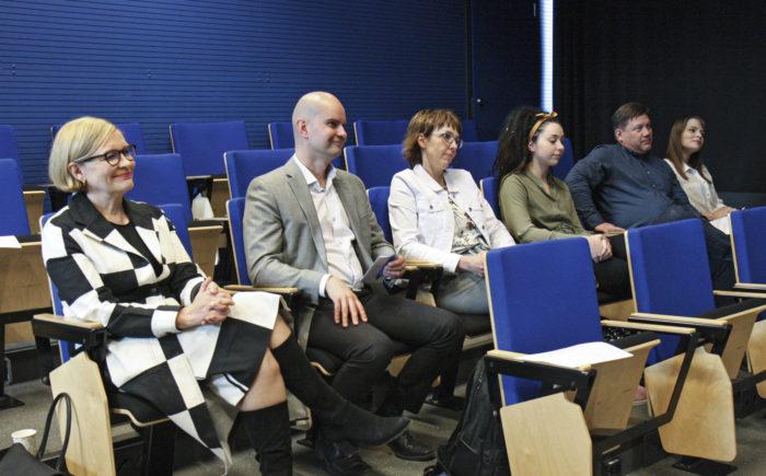 Panelistit pohtivat toukokuussa Tytöt ja tekniikka -seminaarissa Seinäjoella keinoja, joilla tyttöjä saadaan lisää tekniikan alalle. Kiintiöpaikkojen sijaan he kannattavat työpaikkojen esittelyä ja tyttöjen rohkaisemista insinööriopintoihin.