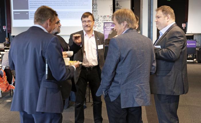 Tamperelaiset edustajat ja tarkkailijat vaihtoivat kuulumisia ennen kokousta. Vastapäivään Matti Ollila (selin), Ari Sihvola, Mikko T. Niemi, Tommi Sirén ja Jussi Haavisto.