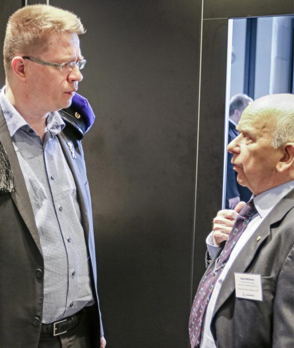 Puheenjohtaja Samu Salo ja kunniapuheenjohtaja Esko Mälkönen keskustelivat kokoustauolla.