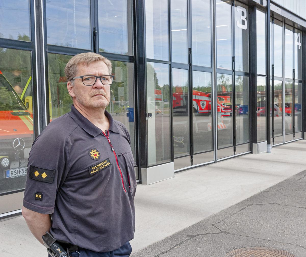 Palomestari Kalle Kaipainen tekee  24 tunnin vuoroa Järvenpään paloasemalla.