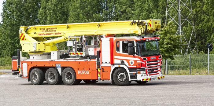 Tikasauto palaa keikalta Järvenpään paloasemalle.