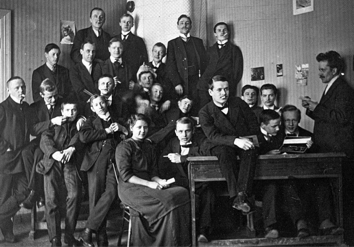Sisko Ania yhdessä oppilastovereidensa kanssa Tampereella 1910-luvun alkupuolella.