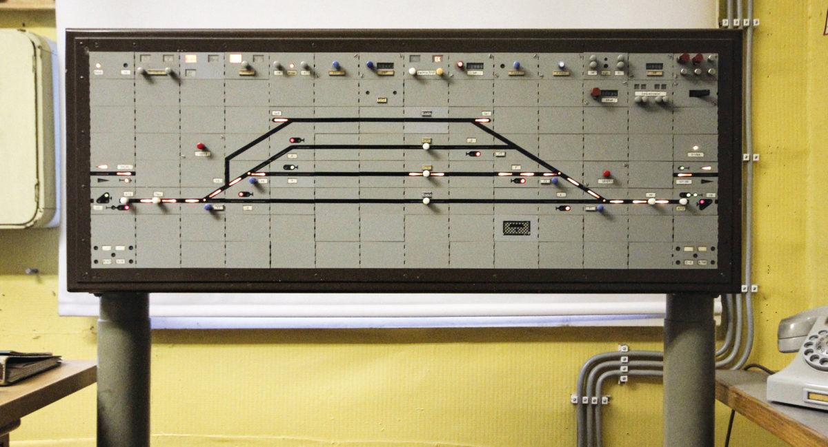 Museokäyttöön rakennettu releasetinlaite on tehnyt kulkutien junalle raiteelle kaksi. Kalvitsan aseman alkuperäinen ohjaustaulu on vuodelta 1956.