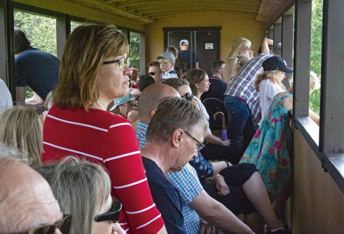 Lounais-Hämeessä höyryjuna puksutteli museorautatiellä.
