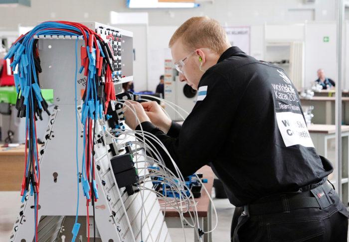 Antti Rossi suorittaa pneumatiikkajärjestelmän kokoonpanoa.
