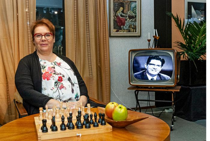 Marjo Mikkola viihtyy 1960-luvun olohuoneessa.