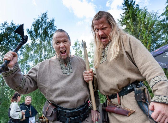 Tuuloksen keskiaikaisten jäsenet esittävät viikinkejä.