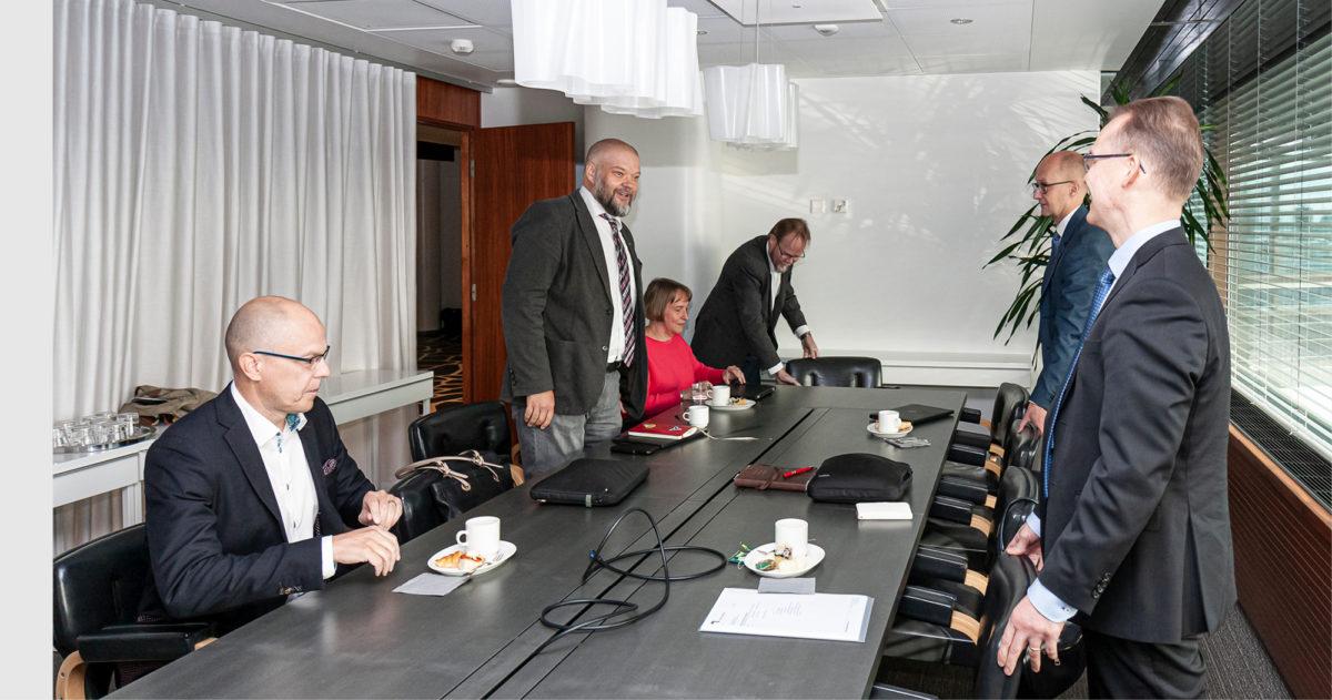 Ensimmäisessä neuvottelutapamisessa sovittiin aikataulusta. Vasemmalla Jarkko Ruohoniemi.
