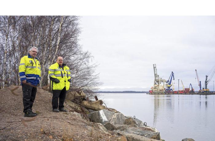 Kun Kallonlahteen rakennetaan uusi satama- laituri, Markku Niemi (vas.) ja Pekka Vaarne saavat lisää huollettavia kohteita.