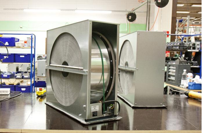Lämmöntalteenottokenno valmistuu tuotantolinjalla.
