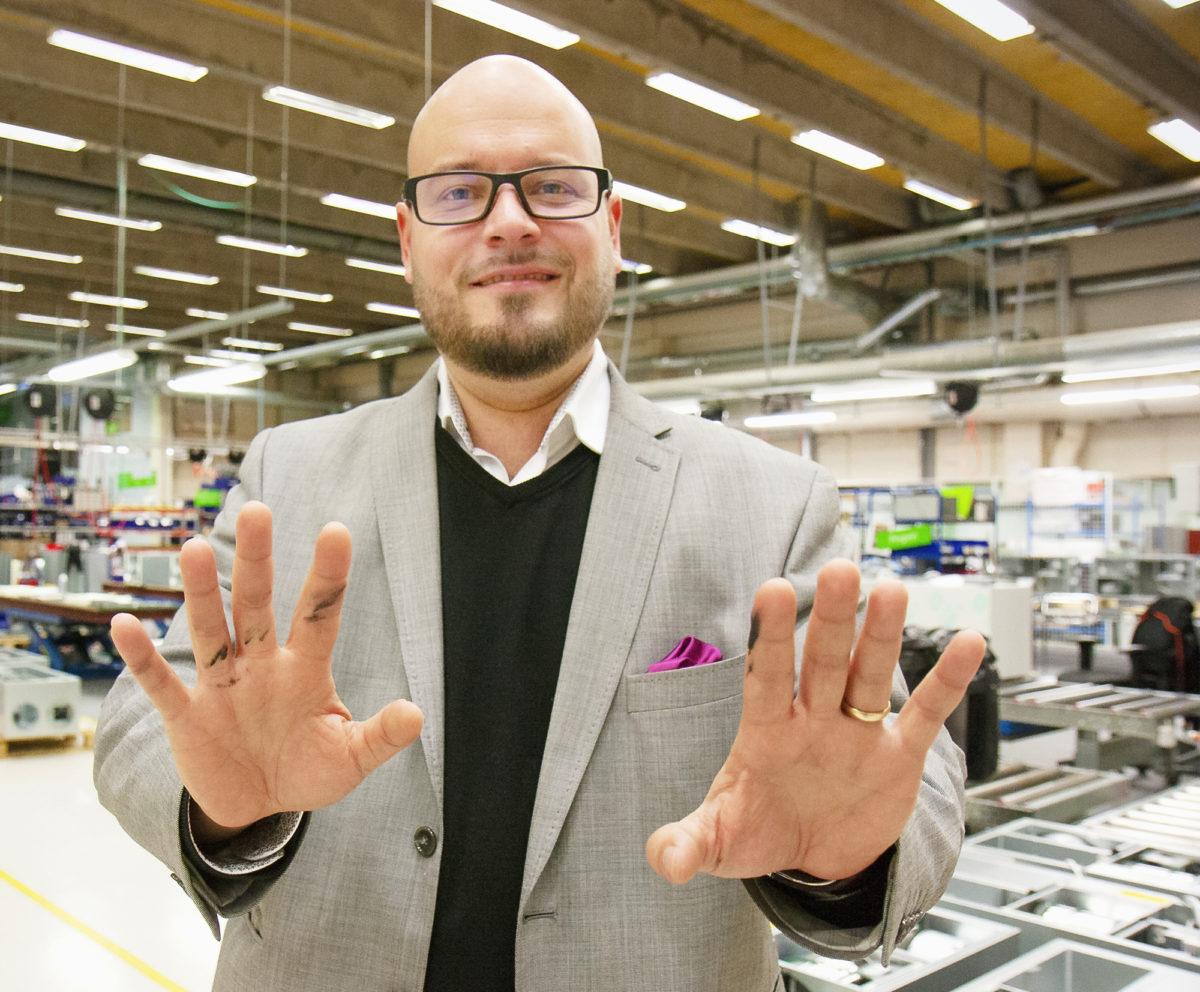 Jukka Riekkinen työntää kädet saveen – tai öljyyn.