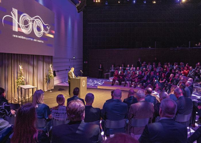 Samu Salo kertoi juhlavuodesta yhteistyökumppaneille ja muille kutsu-vieraille Insinööriliiton 100-vuotisjuhlavuoden tilaisuudessa Musiikkitalolla marraskuussa. Liitto lahjoitti Me-säätiölle yli 50 000 euroa.