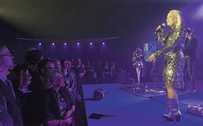 Anna Puu villitsi yleisöä Helsingin Insinöörien 100-vuotisjuhlassa Telakalla marraskuussa. Juhlaan osallistui 550 vierasta.