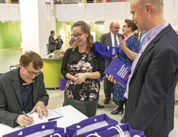 Tekniikan museon foorumi Helsingissä on kirjavana vieraista, kun historian tutkija Sampsa Kaataja esitteli yleisölle kirjoittamaansa Takamailta tekniikan kehityksen kärkeen -teosta. Signeerausvuorossa olivat Johanna ja Timo Kinnunen Kuopion Insinööreistä.