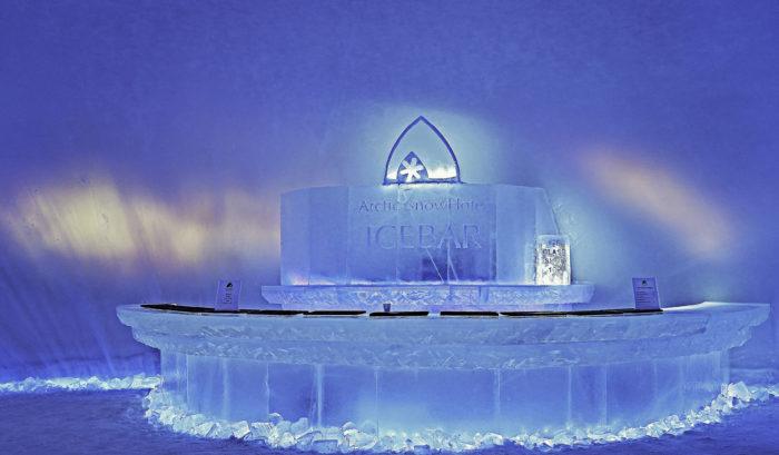 Lumihotellin sisustukseen kuuluva jää on sahattu viereisestä järvestä.