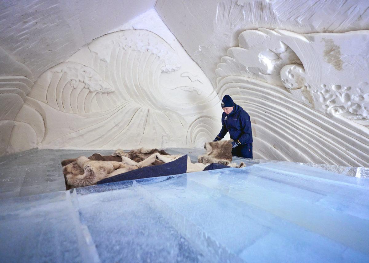 """Arctic Snow Hotelin toimitusjohtaja Ville Haavikko kertoo, että lumihotellin rakentaminen maksaa """"kuusinumeroisen summan rahaa""""."""