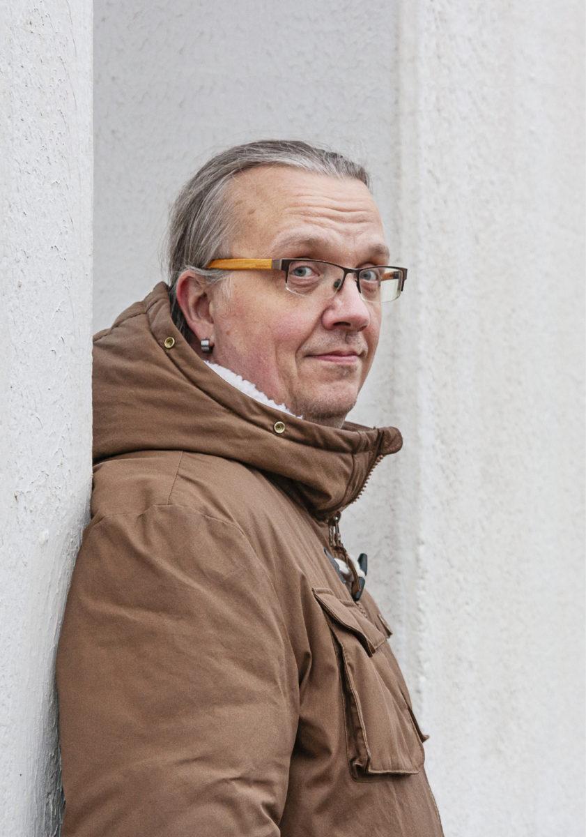 Olli-Pekka Moisio valmistautuu ajatusseikkailuun Jyväskylän Suuri kompassi -veistoksella.