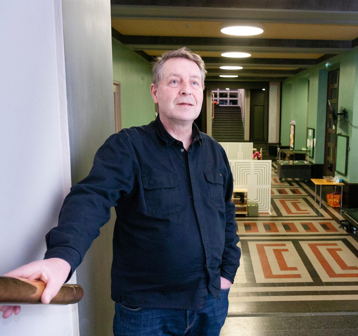 Antero Pakkanen  opastaa asiakkaita  työväenopistolla ja  huolehtii tiloista.