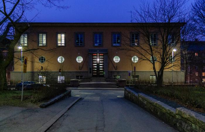 Vahtimestarin vuorot  kestävät iltamyöhään  Franzeniassa Helsingissä.