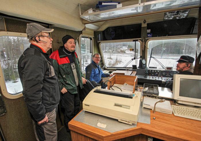 Ilkka Herpman, Jussi Koskela ja Veikko Järvinen ovat koeajolla. Kuljettajana on museon aktiivi Jarkko Pasanen.
