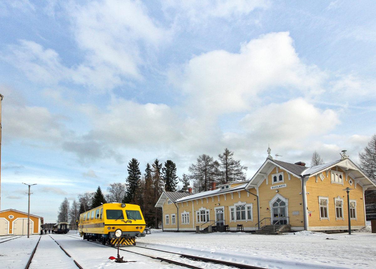 Keitele-museolla on oma ratapiha Suolahden vuodelta 1898 olevassa asemamiljöössä. Talvella valmistui taustalla näkyvä kalustohalli, jonka ulkonäkö sovitettiin maisemaan.