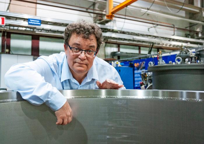 Tarmo Karioja selittää painelajittimen rakopumpun toimintaa AFT:n tuotantotiloissa.