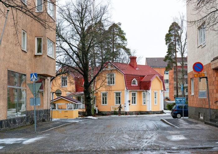 Varkauden historia kurkistaa kerrostalojen välistä Ahlströminkadulle.