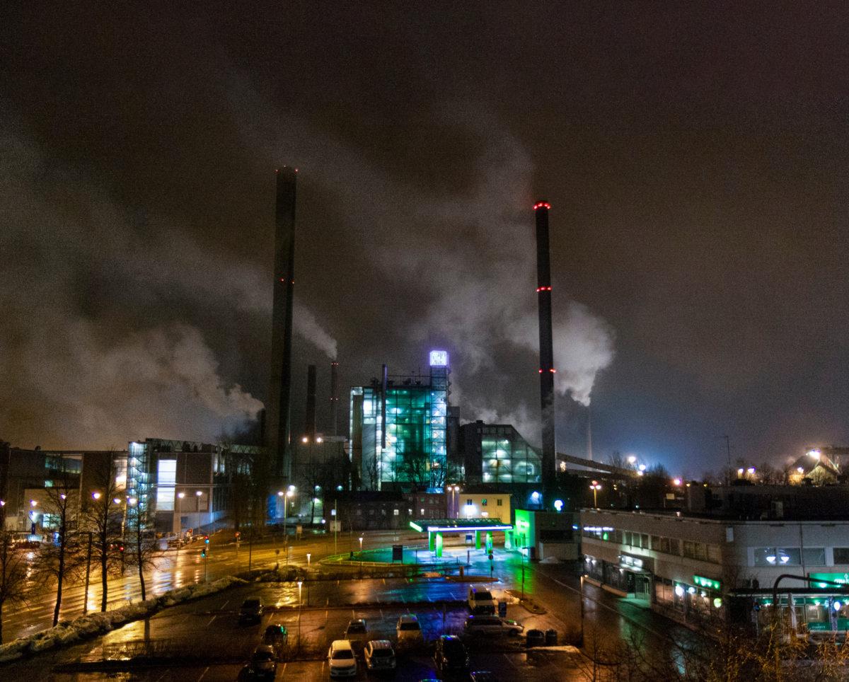 Stora Enson paperi-  ja sellutehdas pyörii  vuorokauden ympäri.