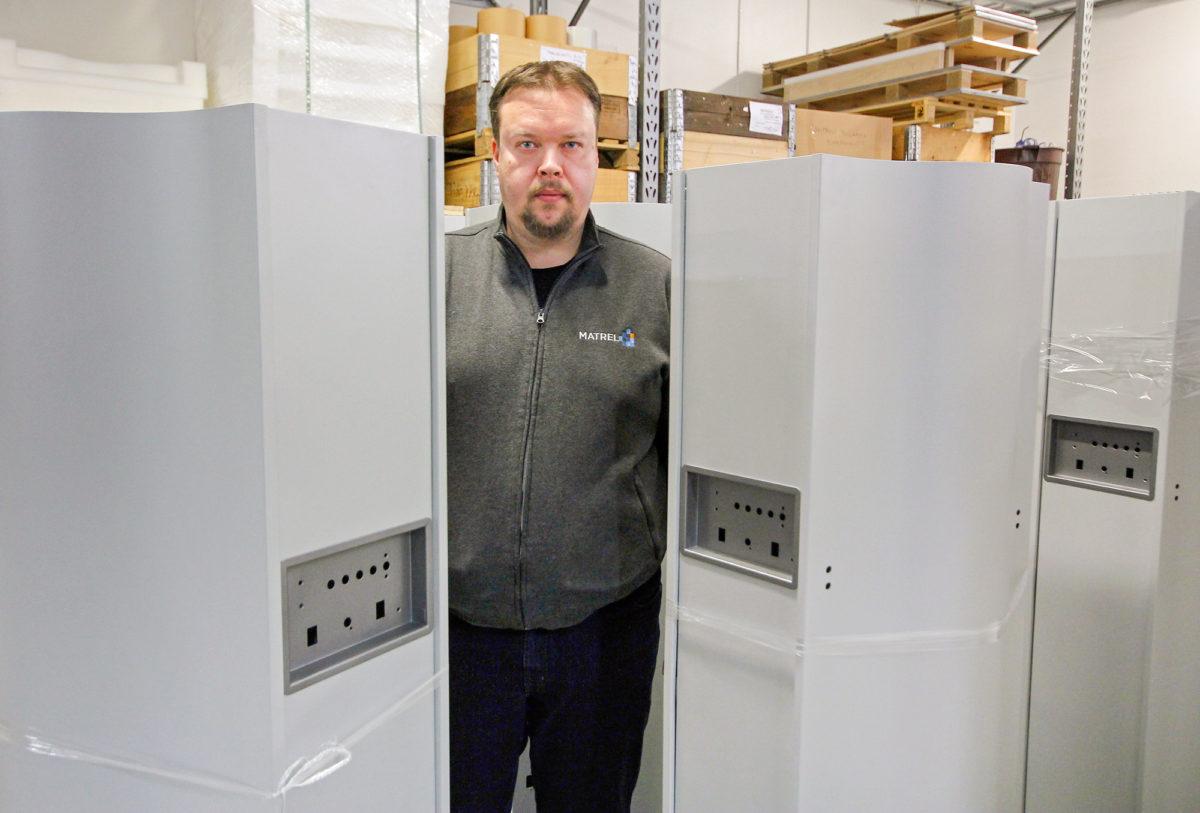 Sähkökentän läpi ilmaa tehokkaasti puhdistavan laitteen valmistusmäärä on koronaviruksen myötä moninkertaistunut toimitusjohtaja Lasse Turusen vetämällä Matrelin tehtaalla.