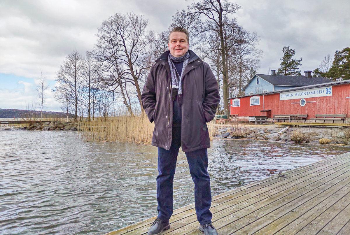 Juha-Matti Lähteenmaa ulkoilee Vesijärven Kahvisaarella.